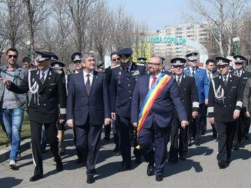 """Ce cauta Gabriel Oprea si Cristian Popescu Piedone pe un monument inchinat eroilor militari cazuti la datorie? Cei doi """"ctitori"""" si-au trecut numele pe o placheta, pentru posteritate"""