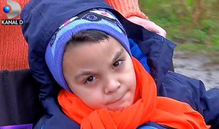 VIDEO La 8 ani, Dragos e prizonier intr-un scaun cu rotile! Parcurge zilnic 3 km pana la scoala. S-a nascut perfect sanatos, insa acum traieste o adevarata drama
