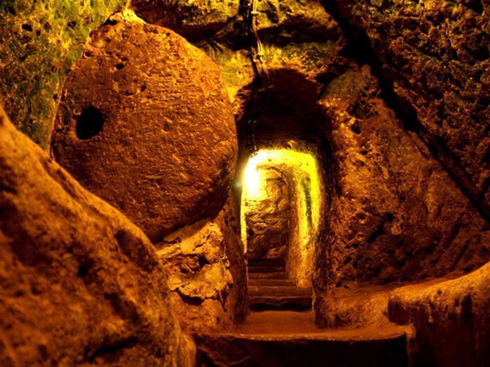 S-a apucat sa renoveze casa si a daramat un zid din subsol. A gasit o camera secreta si un tunel subteran. A mers prin el pana a dat de...