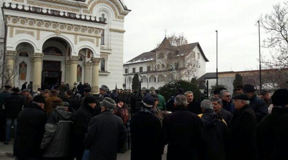 Sute de romani il plang! Constantin Stroe, fostul director al uzinei Dacoa, a fost condus marti pe ultimul drum
