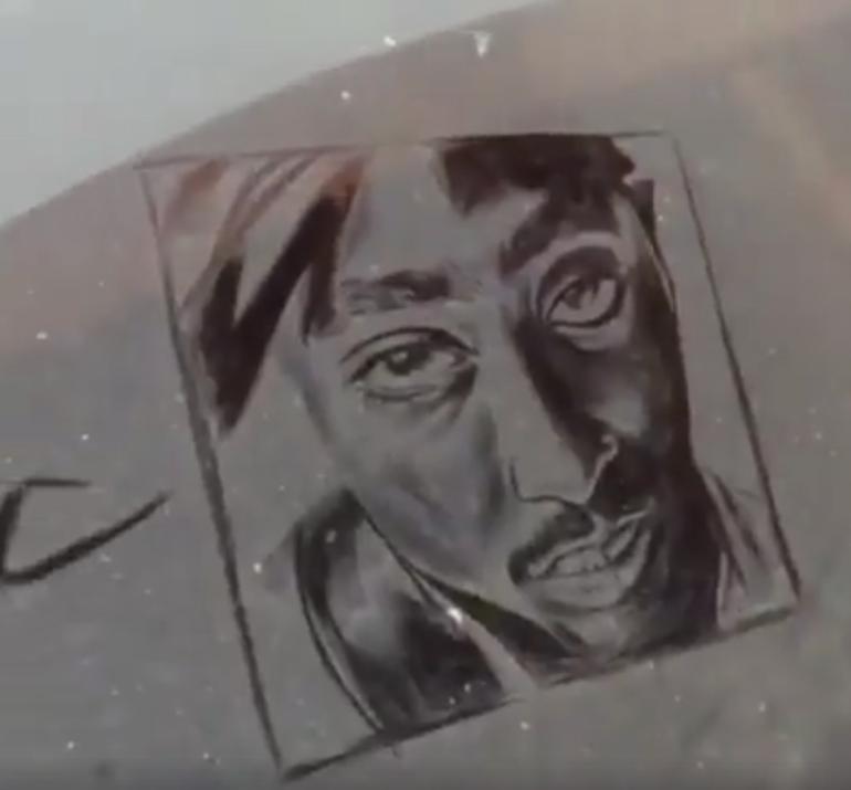 Nu ai mai vazut asa ceva! Ce facea tipul asta cu masinile care aveau geamurile murdare! Proprietarii autoturismelor au ramas fara glas (VIDEO)