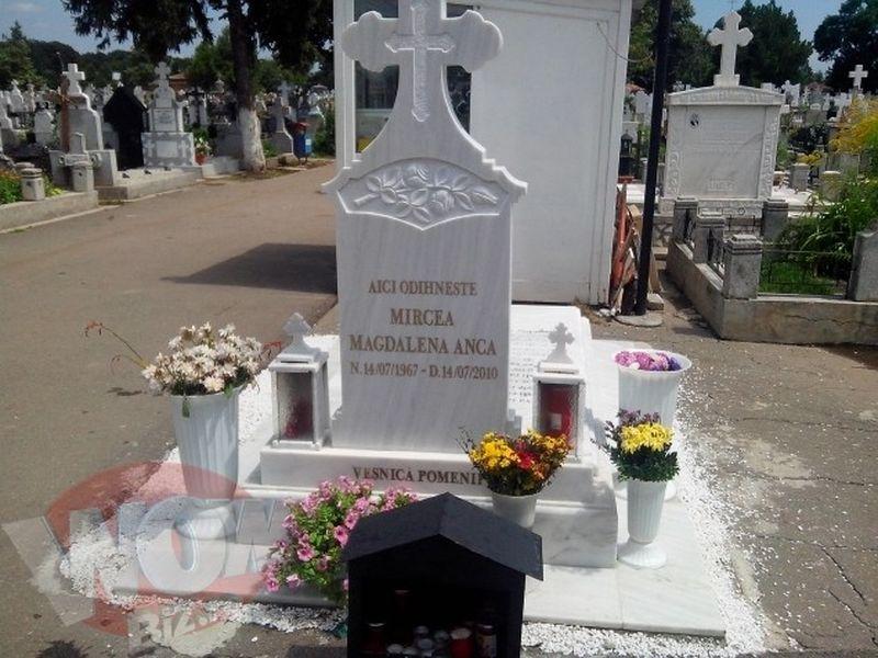 Mormantul Madalinei este pe aleea centrala din cimitirul Bolovani din Ploiesti