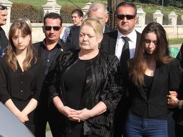 """Sotia lui Vadim Tudor, marturisiri emotionante: """"Ma duc la cimitir, ma cert cu el si plang"""""""