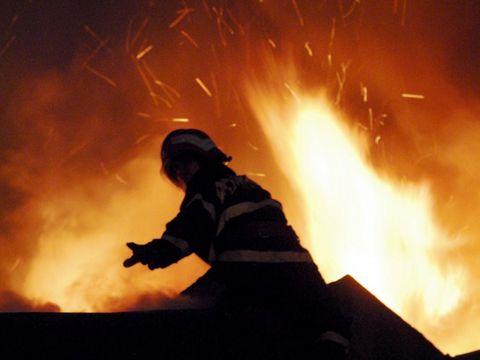 Incendiu in Bucuresti! Trei case au luat foc! Traficul e blocat