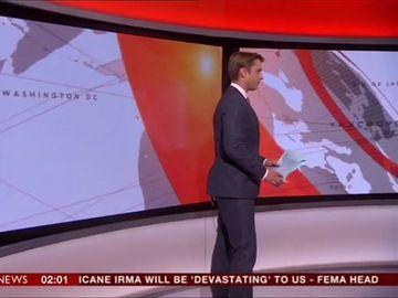 Gafă de proporţii făcută de un prezentator celebru! S-a pierdut în platou, iar imaginile jenante au făcut înconjurul lumii