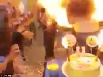 Terifiant! Îşi celebra ziua de naştere, dar când a vrut să sufle în lumânări i-a luat părul foc! Totul a fost filmat!