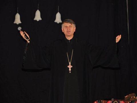 """Pomohaci primeste invitatii sa cante peste tot! Sumele pe care le primeste sunt imense: """"Eu nu il invit nici ca preot, nici ca pedofil""""."""