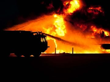 Incendiu puternic la o firma de reciclat materiale