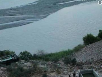 Un autocar a cazut zeci de metri intr-o prapastie! Cel putin 36 de persoane au murit
