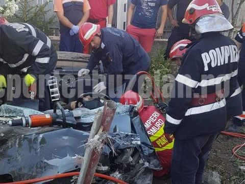Video! Grav accident in Buzau! Pompierii se chinuie sa il scoata din fiarele contorsionate