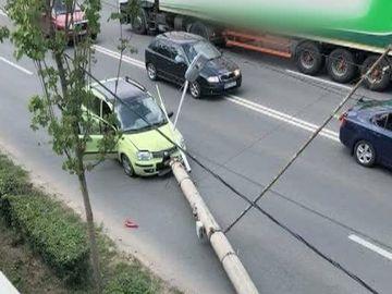 Accident spectaculos in Cluj! A intrat cu masina in stalp... Continuarea intrece orice imaginatie
