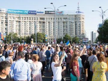 Reactia protestatarilor din Piata Victoriei la decizia de condamnare a lui Dragnea