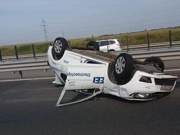 Incredibil! Un barbat s-a rasturnat cu masina pe autostrada, iar apoi... Ce a urmat intrece orice inchipuire!