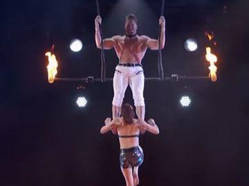 Momentul terifiant intr-o emisune de talente! Sotul ei a scapat-o cap in timpul unui spectacol acrobatic in fata juriului si a spectatorilor ingroziti
