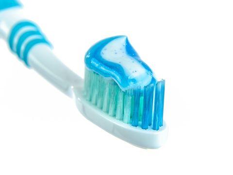 Cel mai nou si ciudat trend! Femeile din intreaga lume isi pun pasta de dinti pe sani. Ce asteapta sa obtina