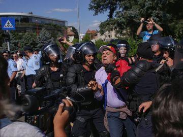 Piata Victoriei din Capitala: Violente intre jandarmi si protestatari