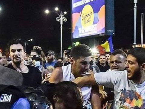 Imagini tulburatoare cu femeia jandarm batuta in Piata Victoriei! A fost internata cu suspiciunea de fractura de coloana