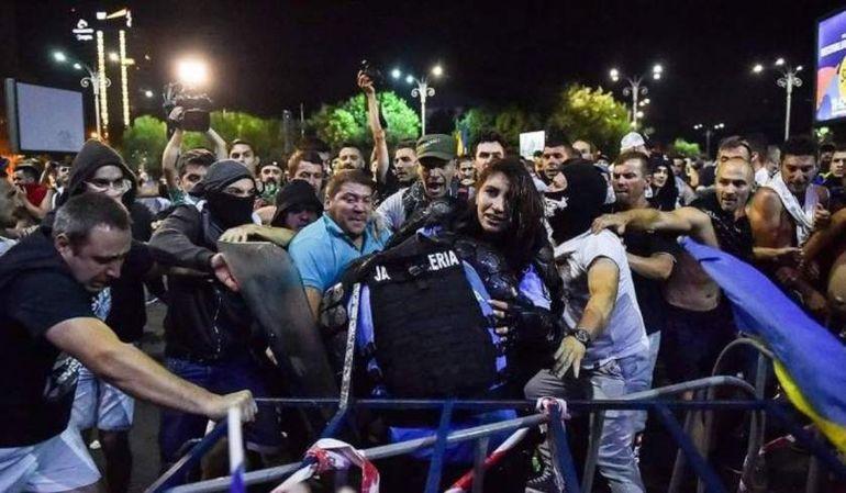 Primele imagini cu Stefania, jandarmerita de 23 de ani batuta la protestul din Piata Victoriei! Ce discutii a avut cu protestatarii inainte de incident:
