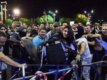 S-a aflat identitatea agresorilor! Cine sunt barbatii care au batut-o pe jandarmerita din Piata Victoriei