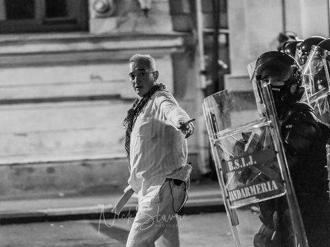 Ce avere are barbatul in alb care i-ar fi coordonat pe jandarmi in Piata Victoriei! Colonelul Paraschiv detine doua case si incaseaza un salariu enorm!