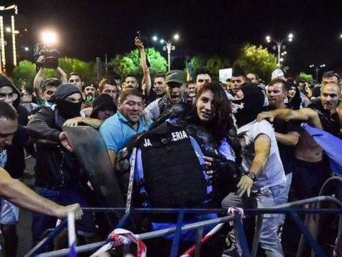 Apelul Politiei Capitalei in cazul armei furate de la femeia jandarm in timpul manifestatiilor! Daca il cunosti, suna la 112