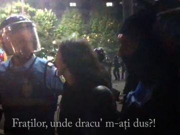 """Momentul in care jandarmerita a scapat de huliganii din Piata Victoriei, surprins de camera: """"Fratilor, unde dracu' m-ati dus!"""""""