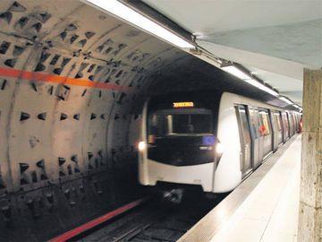 Dubla tentativa sinucidere la metrou in Bucuresti! Planul a fost pus la cale de una dintre fete, iar politistii le-au salvat in ultima clipa
