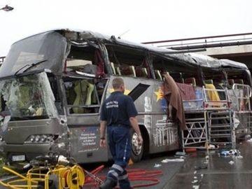 Autocar răsturnat în prăpastie. Sunt multe victime în stare gravă