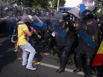 """Marturie socanta a unui protestatar: """"Un jandarm lovea multimea cu o bucata de gard. Mi-a spus ca e stare de razboi"""""""