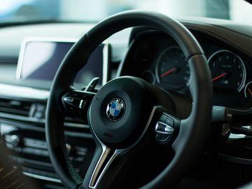 Maşinile cu volan pe dreapta vor fi interzise