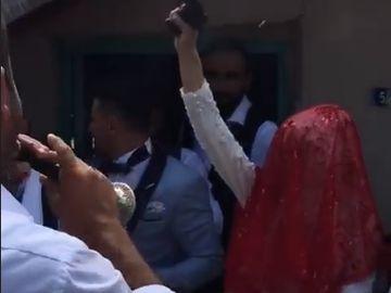 Obicei bizar in Orientul Mijlociu! Mireasa si domnisoarele de onoare au tras cu focuri de arma in timpul nuntii