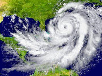 Se apropie uraganul! Aproape 100.000 de case au ramas fara curent din cauza inundatiilor