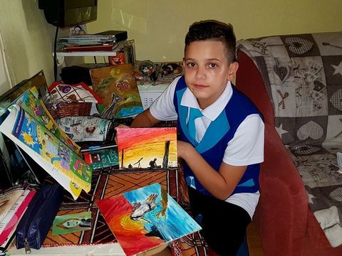 Un baietel de 10 ani isi vinde picturile ca sa isi cumpere hainute si incaltari! E crescut de bunica de cand avea 8 luni! Sa ii dam o mana de ajutor