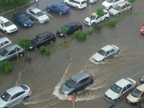 Inundaţii provocate de ploile abundente: Cel puţin 5 persoane au murit! Au intervenit elicopterele de salvare
