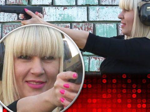 Elena Udrea se laudă că trage cu pistolul mai bine ca bărbaţii! Filmările din poligon arată că Udrea poate fi considerată cea mai de temut deţinută din închisoarea din Costa Rica! VIDEO
