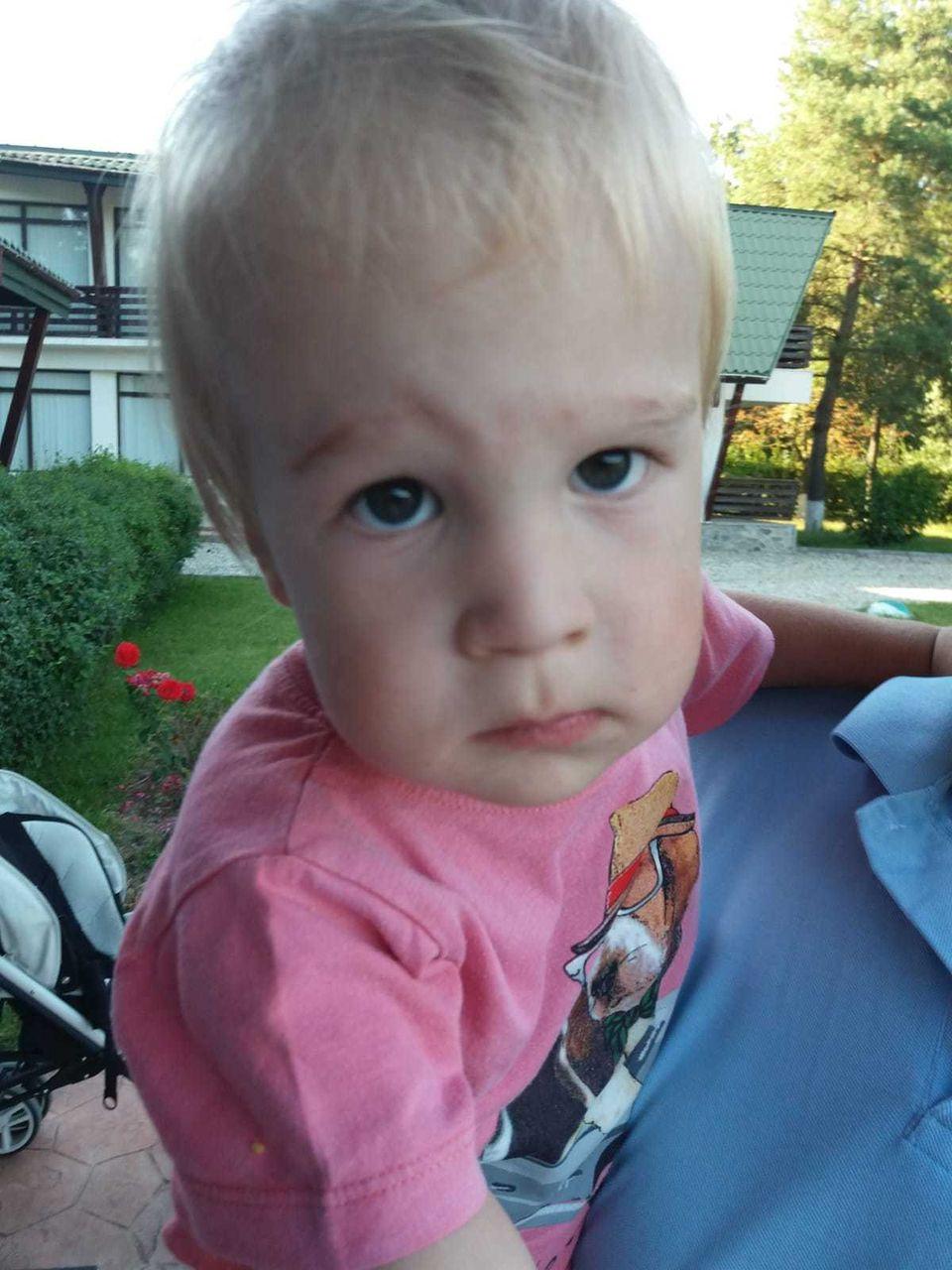 Imagini emoţionante cu băieţelul de nici doi ani, mort după ce a fost operat! Diseară, la Ştirile Kanal D, urmăriţi un reportaj sfâşietor acasă la părinţii micuţului VIDEO