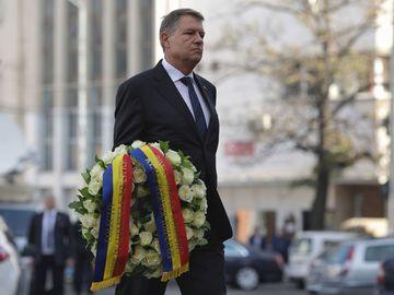 Klaus Iohannis a depus o coroană de flori şi a ţinut un moment de reculegere în faţa clubului Colectiv