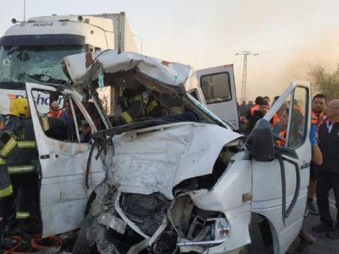 Accident teribil! Şase persoane au murit în Israel! Momentul impactului dintre camionul morţii şi un microbuz a fost filmat