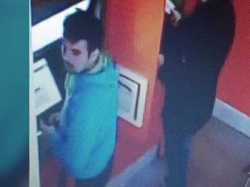 Alertă în Oradea! Un tânăr a furat bani de la un bancomant şi a fost surprins de camerele video. Tu l-ai văzut?