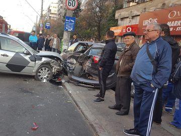 Accident în lanţ, în Capitală, cu opt maşini! Trei persoane au fot transportate de urgenţă la spital