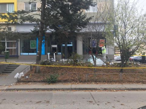 Explozie puternică şi tentativă de jaf la o bancă! Doi bărbaţi au fost reţinuţi