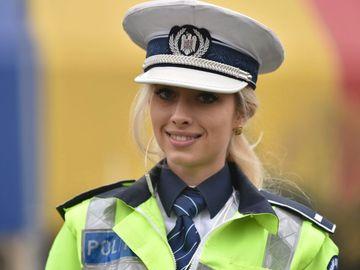 """Povestea cu poliţista din Piaţa Victoriei care a devenit virală! I-a sărit în ajutor unei tinere disperate: """"Eram foarte speriată şi plângeam!"""""""
