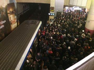 Dimineaţă de coşmar în Bucureşti. Metrourile nu au circulat azi, iar săptămâna viitoare angajaţii Metrorex ar putea intra în grevă generală