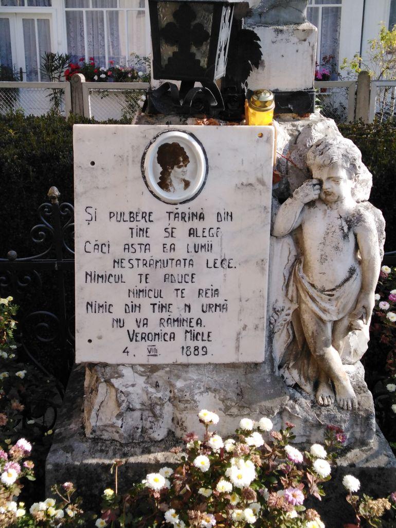 Ce îngrijit este mormântul Veronicăi Micle de la Văratec! Locul de veci al muzei lui Eminescu este plin de flori, iar turiştii aprind mereu lumânări şi candele FOTO