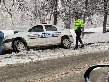 Poliţist din Suceava, SANCŢIONAT după ce a ajuns cu maşina de serviciu în şanţ din cauza vitezei