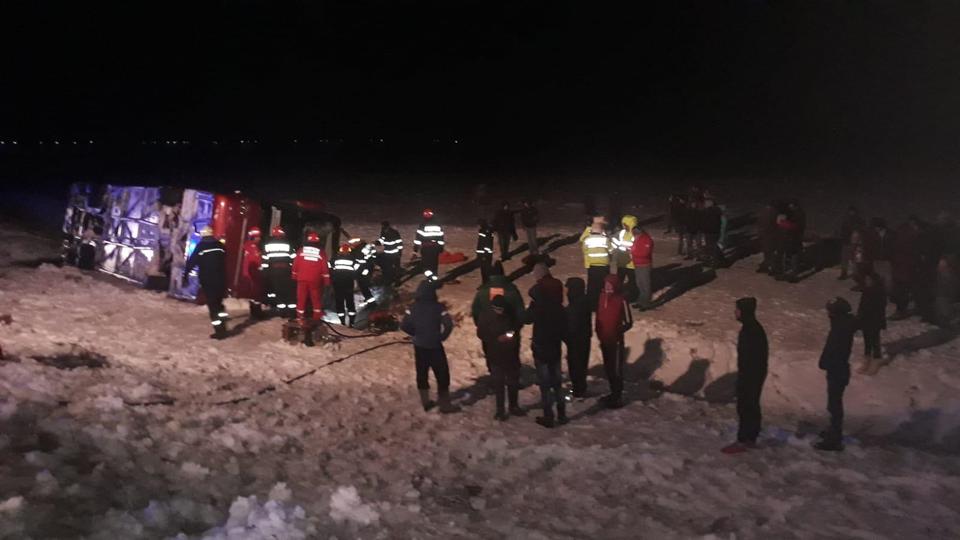 Un autocar s-a răsturnat pe câmp, în Vrancea! O persoană a murit, o alta e în stare gravă