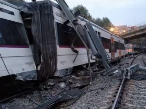 Stare de urgenţă! Un tren cu 150 de pasageri a deraiat! O persoană a murit, iar mai multe au fost rănite
