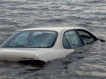 Accident teribil lângă Bucureşti! O mamă şi copilul ei au căzut în lac