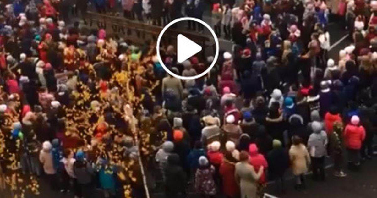 """Clipul care a devenit viral în doar jumătate de zi! Elevii unei şcoli din Piteşti cântă """"Treceţi, batalioane române, Carpaţii"""""""