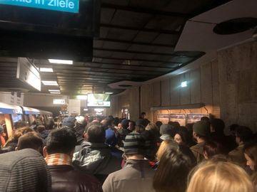Haos la metrou! Aglomeraţie mare la staţia Victoriei